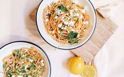 Espaguetis con limón, queso feta y calabacín